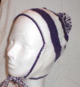 gestrickte Mütze mit Bommel und Ohrenklappen