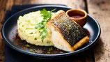 Filet de saumon poché, sauce au vin blanc et laurier, pommes de terre écrasées aux herbes vertes et réduction de porto