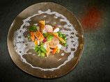 Filet de poularde élevée au maïs, sauce au curry et gingembre Croquettes de pommes de terre et amandes, carottes glacées