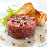 Tartare de bœuf 180 g coupé au couteau, toast et salade