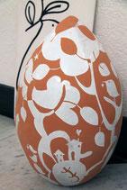 Uovo gigante con paesaggio