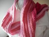 Gehaakte lange roze sjaal.