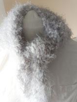 Gehaakte grijze bolletjes sjaal