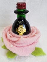 Weinflasche in Filzblüte