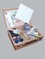 KEIM Dekorfarben-Sortiment aus Produkten und Werkzeugen im edlen Holzkoffer