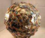 Aussergewöhnliche Leuchtkugel kmpl. beklebt mit irisierenden Perlmuttstücken aus der Abalone PAUA-Muschel
