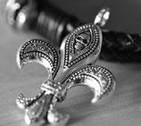 Halskette mit Anhänger Lilie und kleinem Totenkopf