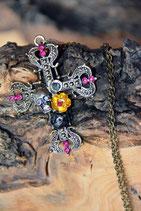 Halsketter mit Kreuz, Totenkopf und Blumen farbig