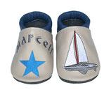 Krabbelschuh blau/grau - Segelboot/Stern, personalisiert