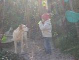 Kind überrascht Hund