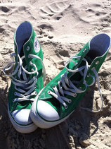 Grüne Chucks am Strand