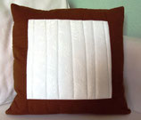 Schlichtes braun-weißes Kissen