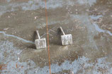 Boucles d'oreille clous carrés en argent martelé