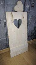 Platte mit ausgesägtem Herz und Querlatte