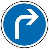 """B21c1 """"Direction obligatoire à la prochaine intersection : à droite"""""""