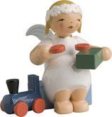 Margeritenengel, sitzend, mit Eisenbahn