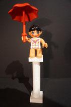 Duplo Akrobatin mit Schirm auf Säule