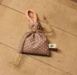 Lavendelsäckchen mit kleinen rosa Punkten