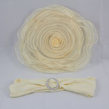 Elegante Stuhlhusse mit Organza Blume und Schleifband