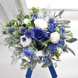 トレンドカラー・ブルーとホワイトのバラとグリーンのナチュラルクラッチブーケ