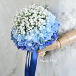 カスミソウとブルー・アジサイのクラッチブーケ(造花)