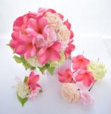 ピンクのプルメリアとバラのクラッチブーケ(ヘアーパーツ付)