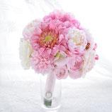 シュガーピンクのキュートなクラッチブーケ(造花)