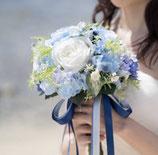 ナチュラルクラッチ・ブーケ(ブルーとホワイトのバラと小花たち)