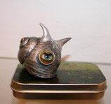 Schnecke mit Hörnern und Magnet auf kleiner Metalldose