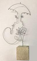 """Zwei mit Schirm und Blume"""" - Eindraht-Figur auf kaschiertem Holzsockel"""