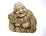 2338 Netsuke Katabori 形彫 Hotei mit Fächer Speckstein