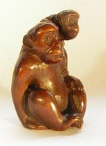 1215 Netsuke Katabori 形彫 Affe mit Jungem