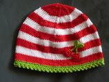 """Mütze """"Ringelkirsche"""", rot / weiß geringelt mit grünem Rand"""
