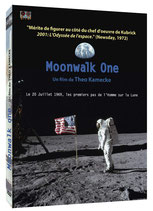 Le DVD du documentaire Moonwalk One et les badges Apollo