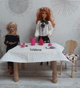 Table rectangulaire et chaises recouvertes pour poupée Barbie
