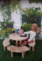 Table ronde avec bancs arrondis pour poupée Barbie