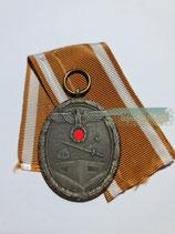 Schutzwall-Ehrenzeichen mit Bandabschnitt
