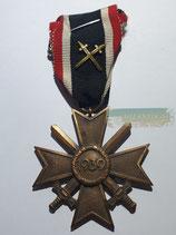 Kriegsverdienstkreuz 2. Klasse mit Schwerterauflage und Bandabschnitt