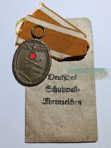 Schutzwall-Ehrenzeichen mit Bandabschnitt und Tüte