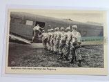 Feldpostkarte - Fallschirm-Infanterie besteigt das Flugzeug