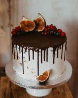Seminaked drip cake mit Früchten der Saison