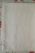 Copertina 100% lana, lavorazione quadri. Tela aida 55 fori. Misura lettino, cm 175x 90 circa. Rifinitura pizzo