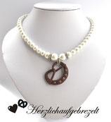 Perlenkette mit Brezenanhänger