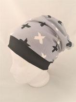 Beanie  grau mit schwarz und weißen Kreuzen