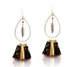"""Boucles d'oreilles """"gipsy"""" pompons de cuir noir et doré,  plume argent"""