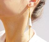 "boucles d'oreilles ""arum"" plaqué or, cuir blanc"