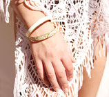 Bracelet bangle or et cuir blanc