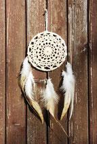 attrape-rêves, dentelles écru et plumes de coq rayées marron et blanc