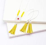 """sautoir """"Gipsy"""", cercle fleur filigrane plaqué argent, pompon franges de cuir jaune, strass swarovsky, et perles de rocaille"""