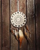 attrape-rêves, dentelles écru et plumes de coq marron